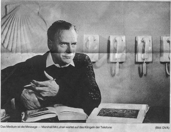 Marshall McLuhan wartet auf das Klingeln seiner Telefone, 1974
